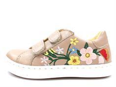 Angulus sneaker make-up with flower
